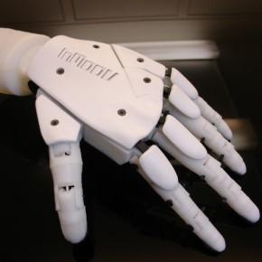 Dłoń InMoov składa się z kilkudziesięciu części