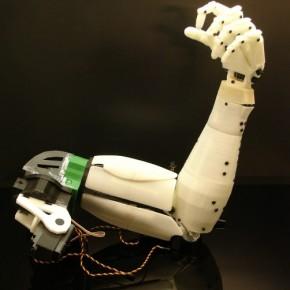 Ukończone całe ramię robota InMoov, części dostępne na Thingiverse