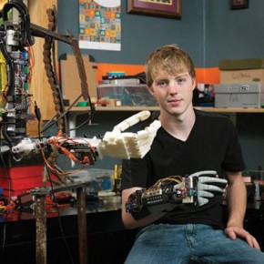 Nastolatek drukuje 3D sprawną protezę całej ręki