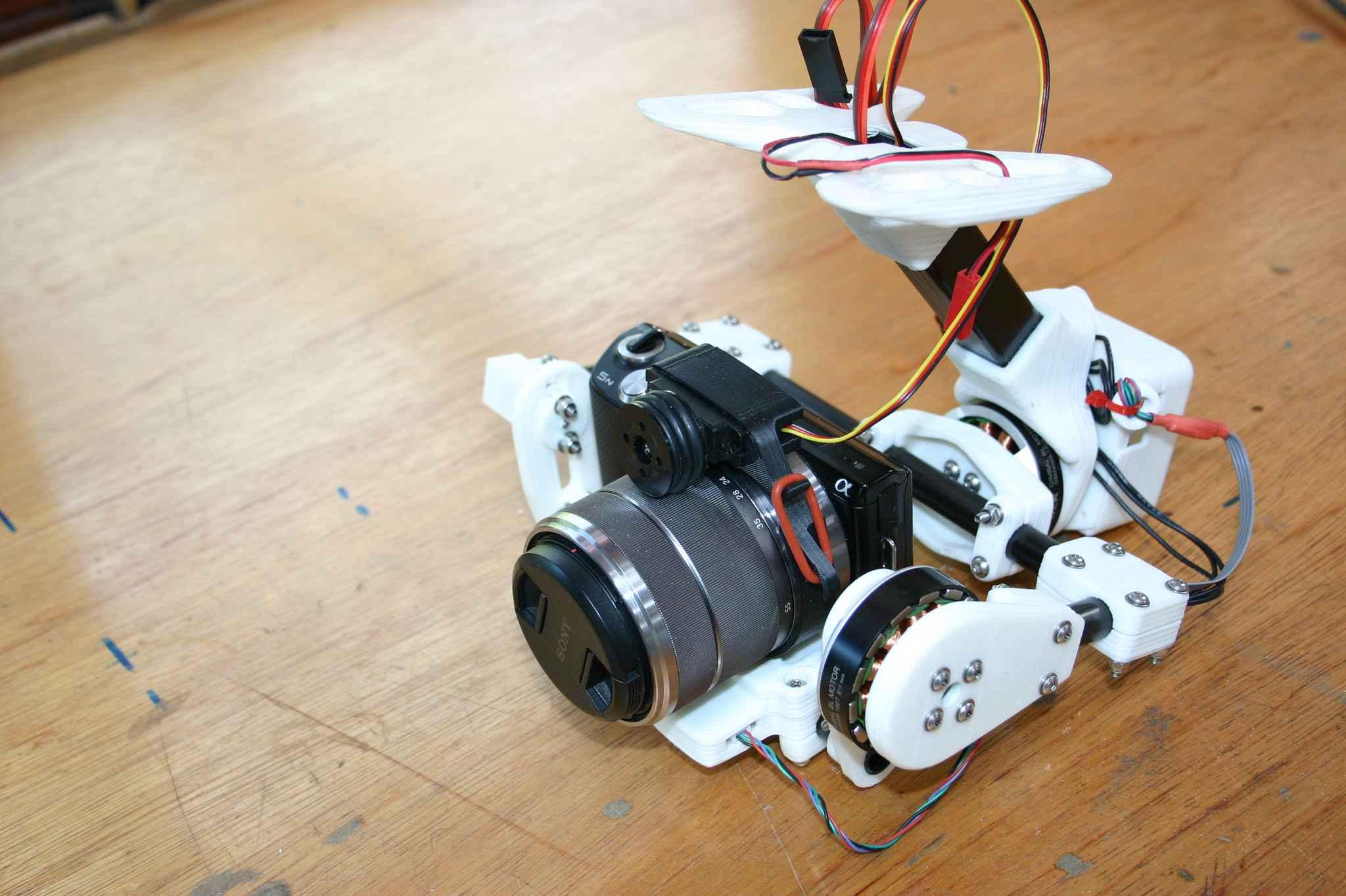 Gimbal stworzony z wydrukowanych i karbonowych części