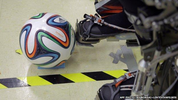 Sparaliżowany mężczyzna w egzoszkielecie otwiera Mundial w Brazylii-5