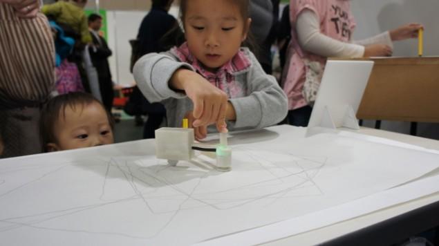 Urządzenie do tworzenia i powielania kształtów na kartce papieru-4