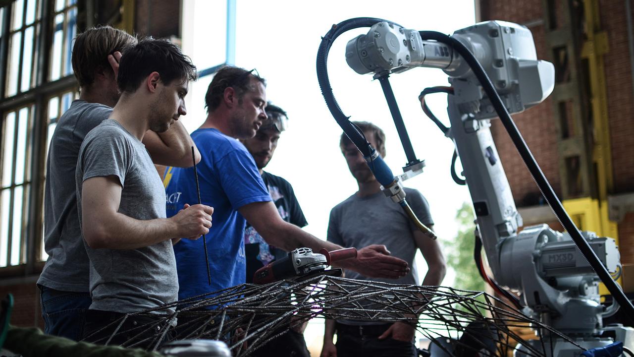 robot wydrukuje stalowy most w powietrzu-1